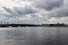 Dreiheits-Brücke im St Petersburg Stockfotos