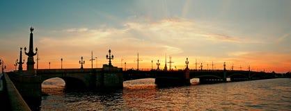 Dreiheits-Brücke nachts stockfotos