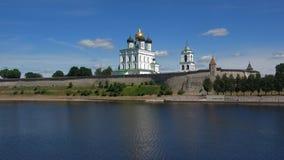 Dreiheits-Kathedrale im Pskov der Kreml an einem Sunny June-Tag Pskov, Russland stock footage