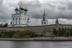 Dreiheits-Kathedrale und Glockenturm außerhalb der Wände in Pskov Stockfotos