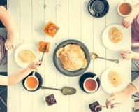 Dreiköpfige Familie, die frühstückt Lizenzfreie Stockfotografie