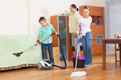 Dreiköpfige Familie, die Hausarbeit tut Stockfoto
