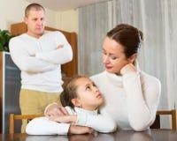 Dreiköpfige Familie, die Konflikt hat Stockfoto