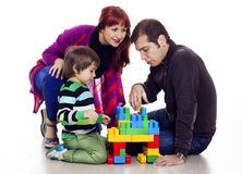 Dreiköpfige Familie, die lego spielt Lizenzfreies Stockfoto