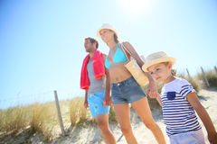 Dreiköpfige Familie, die zum Strand geht Lizenzfreies Stockbild