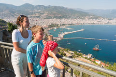 Dreiköpfige Familie, welche die schöne Ansicht betrachtet Stockfotografie
