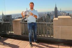Dreimal Grand Slam-Meister Stanislas Wawrinka von der Schweiz aufwerfend mit US Open-Trophäe auf die Oberseite des Felsen-Beobach Lizenzfreie Stockfotografie