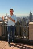 Dreimal Grand Slam-Meister Stanislas Wawrinka von der Schweiz aufwerfend mit US Open-Trophäe auf die Oberseite des Felsen-Beobach Stockfotos