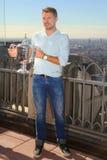 Dreimal Grand Slam-Meister Stanislas Wawrinka von der Schweiz aufwerfend mit US Open-Trophäe auf die Oberseite des Felsen-Beobach Lizenzfreies Stockbild