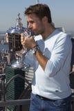 Dreimal Grand Slam-Meister Stanislas Wawrinka von der Schweiz aufwerfend mit US Open-Trophäe auf die Oberseite des Felsen-Beobach Lizenzfreie Stockfotos