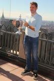 Dreimal Grand Slam-Meister Stanislas Wawrinka von der Schweiz aufwerfend mit US Open-Trophäe auf die Oberseite des Felsen-Beobach Stockbilder
