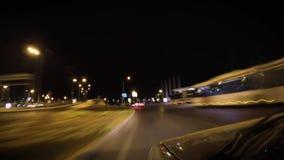 Dreimal zu einem Tunnel mit einem Auto und zu befestigter Kamera nachts herein schlingen stock footage