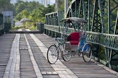 Dreirad in der hitorical Brücke Stockfotografie