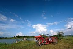 Dreirad mit blauem Himmel Lizenzfreie Stockfotos
