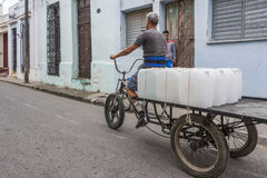 Dreirad mit Wasserkanistern Stockfoto