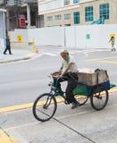 Dreirad Singapur des alten Mannes Reit lizenzfreie stockfotos
