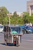 Dreiradbewegungstaxi im beschäftigten Verkehr, Peking, China Lizenzfreies Stockfoto