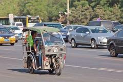 Dreiradbewegungstaxi im beschäftigten Verkehr, Peking, China Lizenzfreies Stockbild