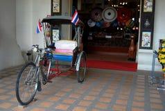 Dreiradthailändische Art an der Front des Shops für Verkauf handgemachter Art Umbre Lizenzfreie Stockfotos