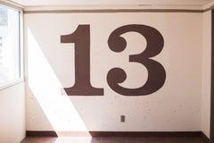 Dreizehn oder 13 auf Innenwand Stockbild