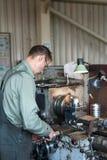 Drejaren fungerar på en mekanisk drejbänk Vändande arbeten, metall som bearbetar, genom att klippa Royaltyfria Bilder
