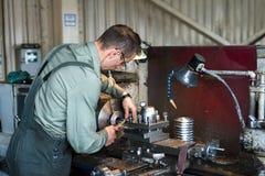 Drejaren fungerar på en mekanisk drejbänk Vändande arbeten, metall som bearbetar, genom att klippa Royaltyfria Foton