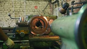Drejbänk i arbete - axeln vänder och vässar på den industriella konstruktionen arkivfilmer