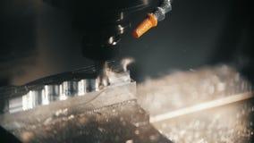 Drejbänken klipper, hones, och handtagmetalldetaljen, tar bort chiper från metalldelar, lockigt klipp arkivfilmer