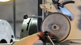 Drejbänkmaskinoperatören justerar maskinen Maskinoperatör i fabriken handen fungerar nära övre för drejbänk stock video