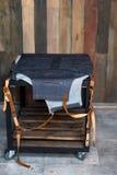Drelichowy barmanu fartuch z rzemiennymi patkami na stole Drewniany tło, bezpłatna przestrzeń dla teksta obraz royalty free