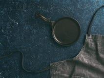 Drelichowy bawełniany fartuch na ciemnym tle, kopii przestrzeń fotografia stock