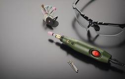 Dremeltype roterende hulpmiddel en veiligheidsbril Stock Foto's