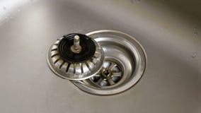 Dren de acero inoxidable del agujero del fregadero de cocina almacen de video