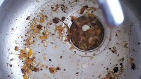 Dren de la cocina que obstruye con las partículas de la comida almacen de video