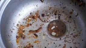 Dren de la cocina que obstruye con las partículas de la comida almacen de metraje de vídeo