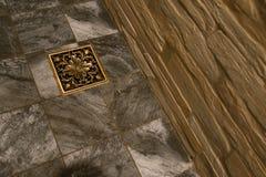 Dren de piso de cobre amarillo Imagenes de archivo