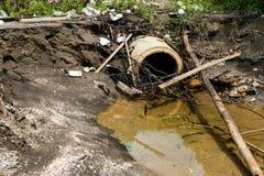 Dren sucio y peligroso de las aguas residuales imagen de archivo libre de regalías
