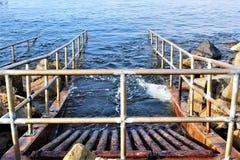 Drenaż przy oceanside przy Portifino Kalifornia oceanu stroną w Redondo plaży, Kalifornia, Stany Zjednoczone fotografia stock