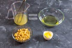 Drenagem líquida da salmoura da água do grão-de-bico Vegetariano Aquafaba fotografia de stock