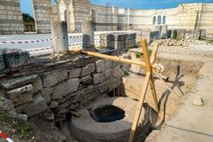 Drenaje bien con agua santa en el gran basílica Pliska en th Fotografía de archivo libre de regalías