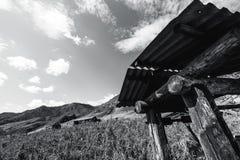Drenaje-bien en montañas, tiroteo greyscale Fotos de archivo