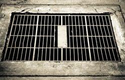 / Drenaje de acero del agua de la cubierta Imagen blanco y negro Fotos de archivo