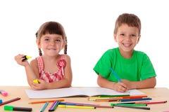 Drenaje de dos niños con los creyones fotografía de archivo