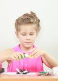 Drenaje de la niña en la sala de clase Imagen de archivo