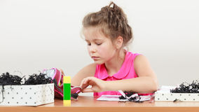 Drenaje de la niña en la sala de clase Imagenes de archivo