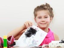 Drenaje de la niña en la sala de clase Foto de archivo