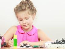 Drenaje de la niña en la sala de clase Fotografía de archivo