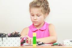 Drenaje de la niña en la sala de clase Foto de archivo libre de regalías