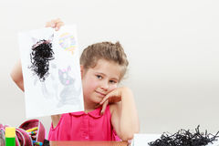 Drenaje de la niña en la sala de clase Fotos de archivo libres de regalías