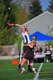 Drenaje de las muchachas del lacrosse para comenzar el juego Fotos de archivo libres de regalías